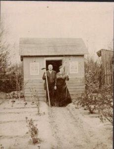 1909: Zwei Jahre nach Gründung pachtet der Verein beim Königlichen Forstamt Laufamholz ein Grundstück, das er in 65 Parzellen aufteilt und zur Bienenhaltung und kleingärtnerischen Nutzung weiter verpachtet.