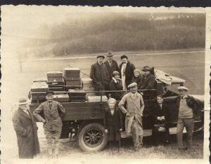 1928: Am 11. März 1928 werden 7.000 qm zu 900 Mark in Ebersdorf für die Imker zum Anwandern der Frühtracht gekauft (Darunter ist der Transport von Bienenvölkern in Gebiete mit üppiger Frühjahrsblüte zu verstehen).