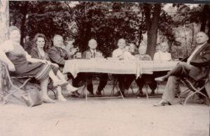 1945-1948: Es wird Wache geschoben, damit das angebaute Obst und Gemüse nicht gestohlen wird.