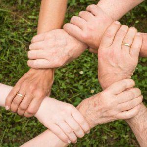 https://pixabay.com/de/photos/teamgeist-zusammenhalt-gemeinsam-2447163/